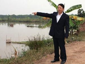 Anh Đoàn Văn Vươn, năm 2011, đang nói về khu Đầm Cống Rộc, nơi anh đổ bao mồ hôi nước mắt và tính mạng người thân để khai phá lấn biển