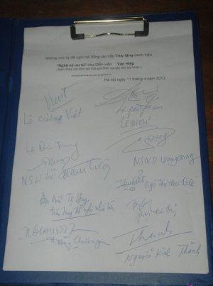 """Chữ ký của các nghệ sỹ """"đề nghị truy tặng """"Trưởng thôn Văn Hiệp"""" """"NSUT"""" trong ngày tang lễ của Ông."""