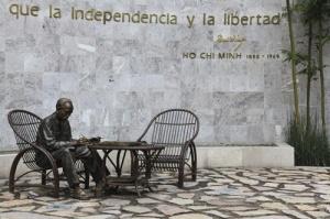 """Tượng Bác Hồ tại """"Công viên tự do cho các dân tộc"""", Thủ đô Mê-hi-cô. (Tác giả là nghệ nhân  Mexico Pedro Ramirez Ponzanelli )"""