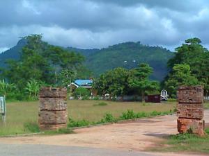 di tích hai trụ gạch cổng ngoài òn sót lại của Nhà đày Lao Bảo
