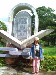 Bé Sao Hồng trước phù điêu khu di tích lịch sử Lao Bảo