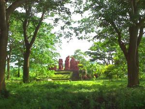 Cụm tượng đài tưởng niệm các nhà yêu nước trong khu di tích Nhà đày Lao Bảo