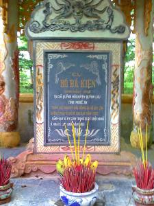 Bia ghi công Cụ Hồ Bá Kiện (1962-1915) tại Di tích nhà đày Lao Bảo