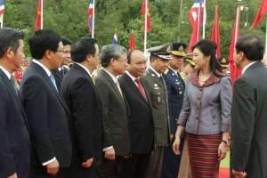 Thủ tướng Yingluck Shina...... chào các thành viên đoàn VN