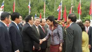 ... bắt tay Ngoại trưởng VN, ông Phạm Bình Minh