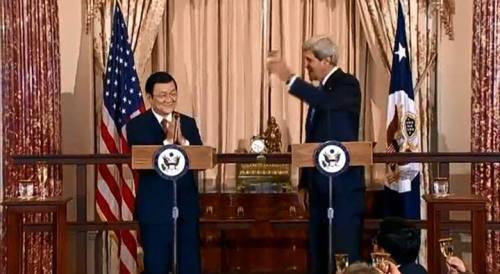Trong bữa ăn trưa tại Bộ Ngoại giao 24/7, khi ông J. Kerry nâng ly chúc mừng thì ông Trương Tấn Sang vỗ tay. Ông Kerry phải chỉ tay nhắc nhở ông TTS mới nhìn thấy ly rượu bên cạnh...