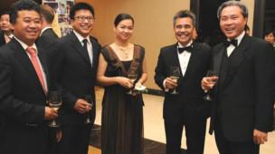Vợ chồng Nguyễn Bảo Hoàng - Nguyễn Thanh Phượng và ông Đặng Thành Tâm (lề trái) cùng các doanh nhân trong ngày ra mắt Ngân hàng Bản Việt