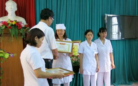Phó Giám đốc Sở Y tế Hà Nội đang trao bằng khen kèm 320K cho các chị