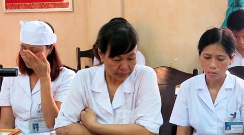 Ba chị Hoàng Thị Nguyệt, Khuất Thị Định và Phạm Thị Nam Đông khóc trong buổi lễ trao thưởng