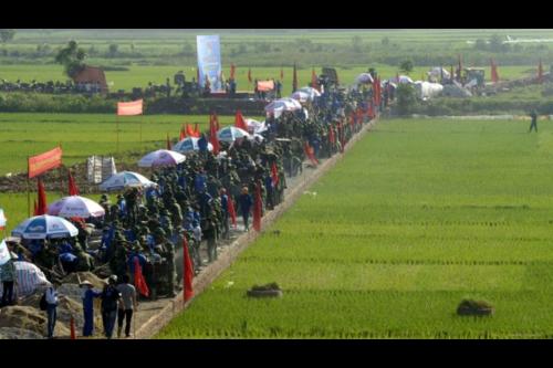 """1000 thanh niên - đoàn viên Hà Nội được huy động để làm đoạn đường """"bê tông nông thôn"""" 700 mét (theo dự toán)"""