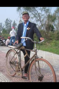 Thương binh hạng 2/4 Đoàn Minh Tâm (84 tuổi) vẫn một mình quyết tâm đạp xe kịp giờ đón và theo Đại tướng ra Vũng Chùa