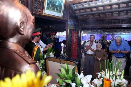 cụ bà Công Tôn Nữ Trí Huệ và cháu rể Garcia Jean đang thắp hương viếng Đại tướng.