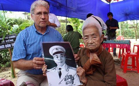 Cụ bà Công Tôn Nữ Trí Huệ (92 tuổi, ngụ tại Thừa Thiên-Huế, là chắt nội của vua Minh Mạng, là cháu nội của Hoàng tử Miên Lâm), người may chiếc gối dựa tặng Đại tướng đến viếng Đại tướng tại Lệ Thủy (báo Thanh Niên)