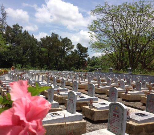 """""""Sư đoàn"""" Nghệ An ở Nghĩa trang Quốc gia Trường Sơn. Ảnh của Sao Hồng"""