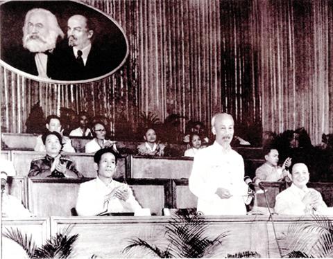 Lê Duẫn trên Đoàn chủ tịch ĐH 3 Đảng LĐVN 1960. Tại đại hội này, ông được bầu làm Bí thư thứ nhất. Từ đó, ông là người lãnh đạo thực tế cao nhất của miền Bắc VN