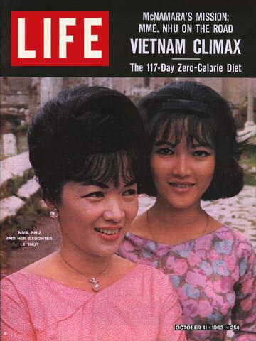 Hai mẹ con: Bà Trần Lệ Xuân và con gái Ngô Đình Lệ Thuỷ (bìa báo LIFE)